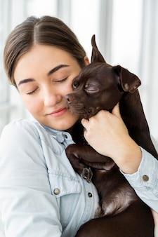 Close-up meisje knuffelen hond