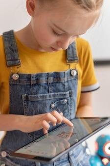 Close-up meisje leren met tablet