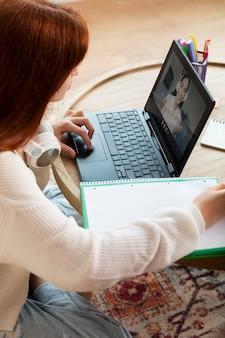 Close-up meisje meisje online leren