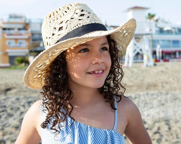 Close-up meisje met hoed op strand