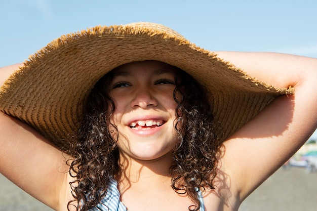 Close-up meisje met hoed Gratis Foto