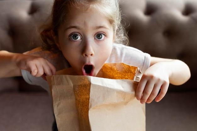 Close-up meisje met papieren zak