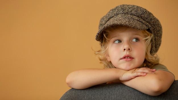 Close-up meisje poseren met hoed