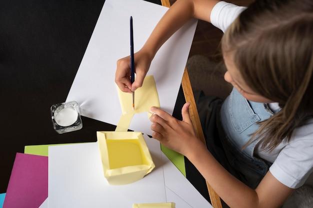 Close-up meisje schilderpapier