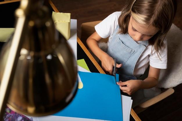 Close-up meisje snijden papier