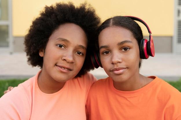 Close-up meisjes met koptelefoon