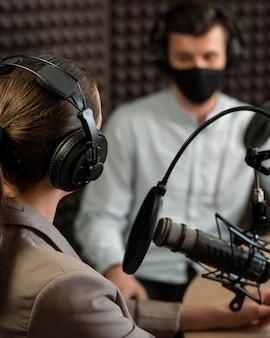Close-up mensen dragen masker op radio