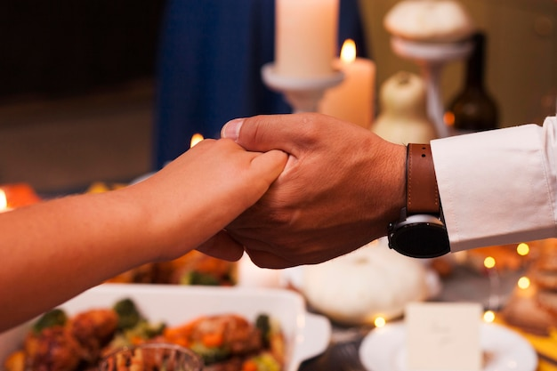 Close-up mensen hand in hand