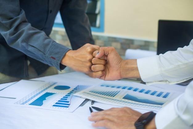 Close-up mensen handen schudden zakelijk partnerschap succes, hand schudden concept