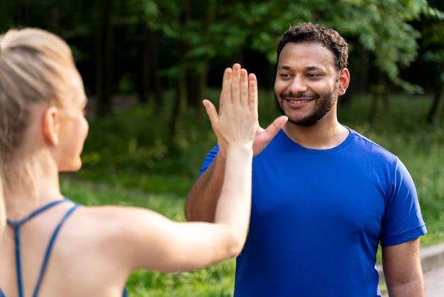 Close-up mensen high five