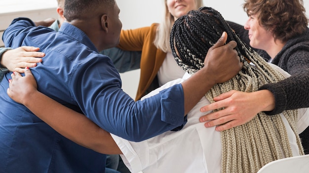 Close-up mensen knuffelen tijdens vergadering