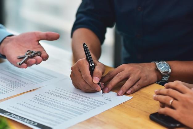 Close-up mensen ondertekenen huisaankoopcontracten bedrijfswerk ondertekenen huis kopen, mensen investeringsgoederencontract zakelijke bijeenkomst financiële handtekening