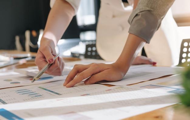 Close-up mensen uit het bedrijfsleven bijeen om de situatie op de markt te bespreken. financiële bedrijfsconcept