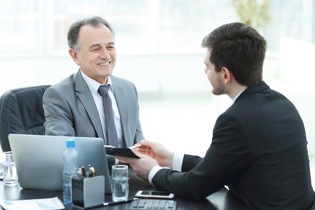Close-up. mensen uit het bedrijfsleven praten aan een bureau. vergaderingen en partnerschap
