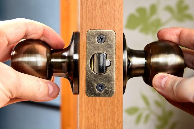 Close-up messing deurkrukken of knop met slot.