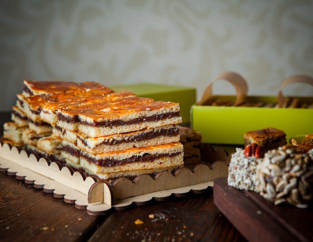 Close-up met de hand gemaakte snoepjes met noten op een donkere houten horizontale lijst