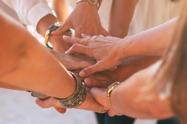 Close-up met veel vrouwenhanden die elkaar vasthouden en aanraken voor vriendschapsconcept - samenwerking en hulp voor blanke vrouwen - vrienden voor altijd en team op het werk - liefdeslevensstijl