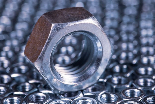 Close-up metalen chroom een grote moer. reparatie- en reserveonderdelenconcept