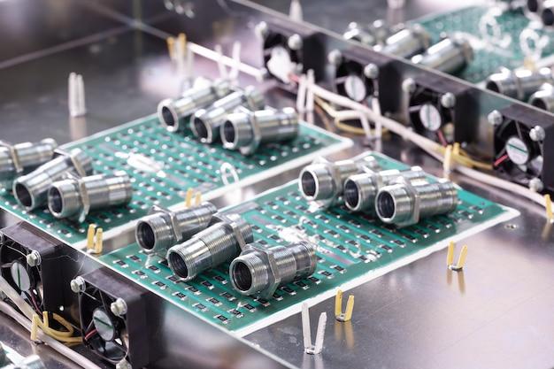 Close-up metalen moeren en cilinders