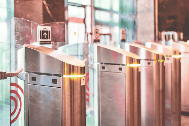 Close-up metalen tourniquet in modern bedrijf of gebouw b