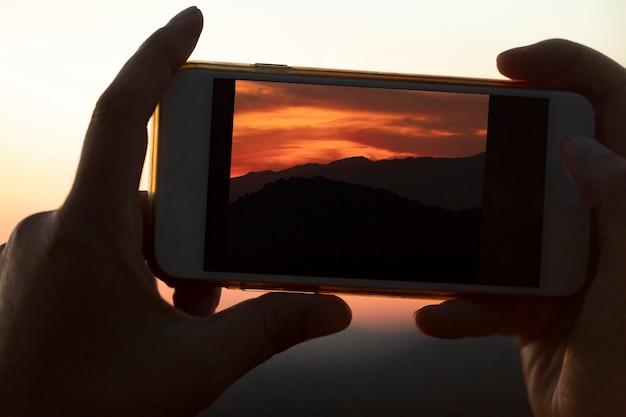 Close-up mobiele telefoon wordt gehouden door handen