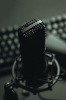 Close-up mock up van een streaming microfoon met een laptop met kopie ruimte, technologie streaming