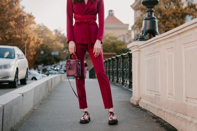 Close-up mode details van stijlvolle vrouw in paars pak wandelen in stad straat, lente zomer herfst seizoen mode trend bedrijf portemonnee