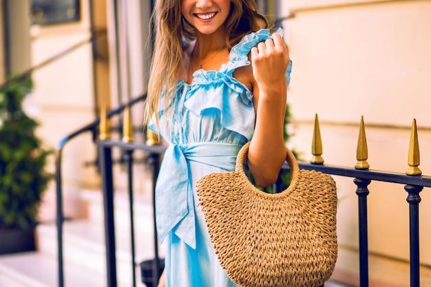 Close-up mode details van vrouw glimlachend en strozak te houden