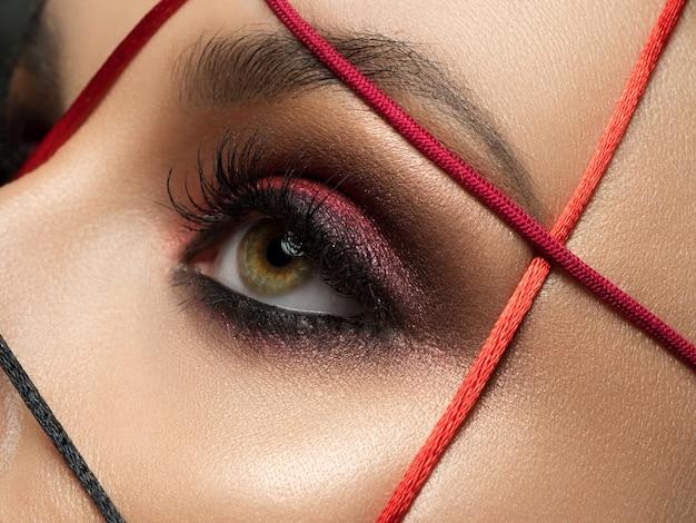 Close-up mode portret van jonge mooie vrouw met moderne trendy make-up
