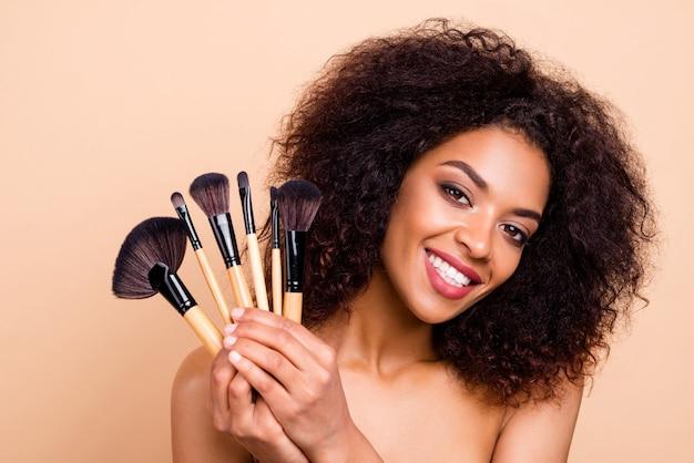 Close-up model dame brunette golvend kapsel esthetische look maken maquillage show borstels