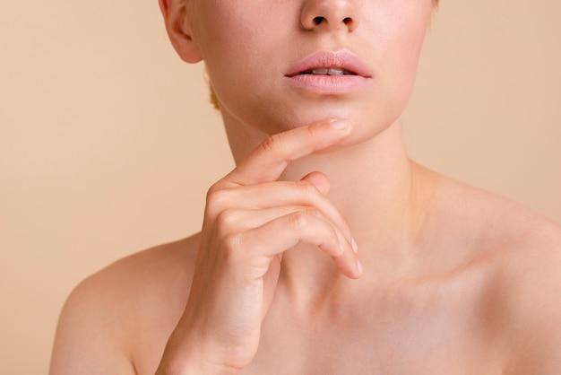 Close-up model poseren met open mond
