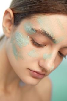 Close-up model poseren zelfzorg concept