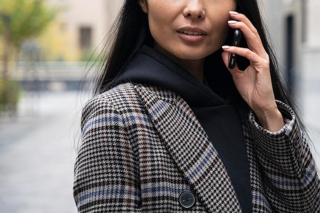 Close-up model praten met de telefoon