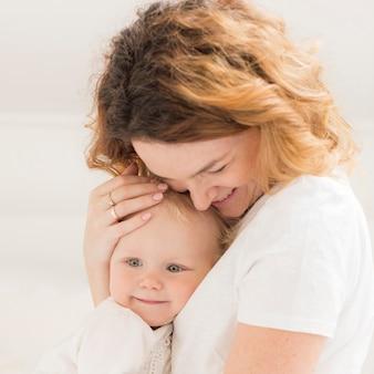 Close-up moeder met baby meisje