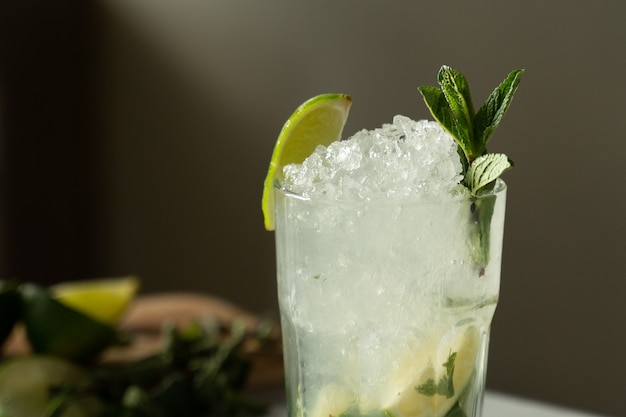 Close-up mojito cocktail aan de bar mojito cocktail met munt en limoen