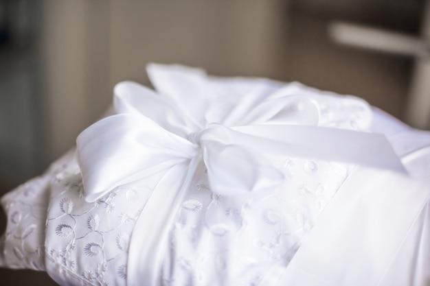 Close up.mooi wit geknoopt lint op een babydekentje