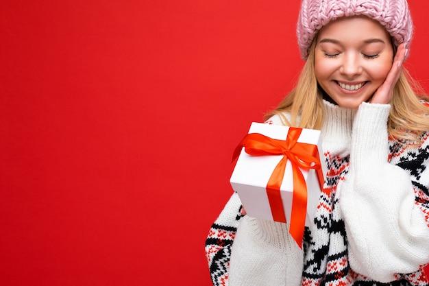 Close-up mooie gelukkige glimlachende verraste jonge geïsoleerde blonde vrouw