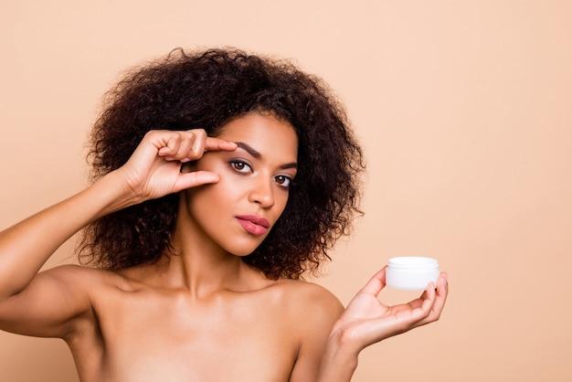 Close-up mooie geweldige dame die dagelijkse crème perfect puur presenteert