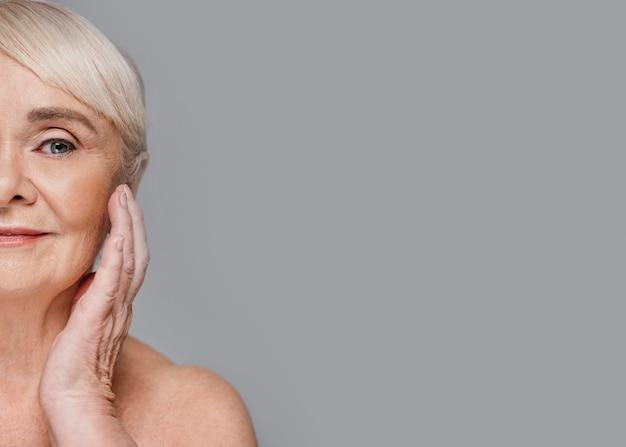 Close-up mooie oude vrouw met exemplaar-ruimte