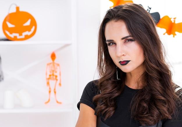 Close-up mooie vrouw klaar voor halloween