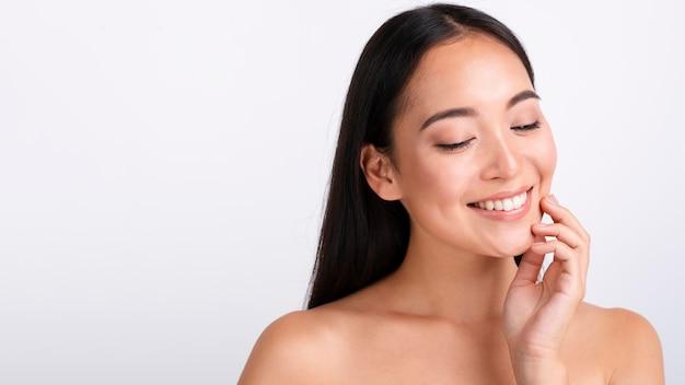 Close-up mooie vrouw met brede glimlach en exemplaar-ruimte