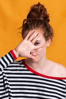 Close-up mooie vrouw met gestreept blouse en haarbroodje