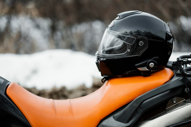 Close-up motorfiets met helm Gratis Foto