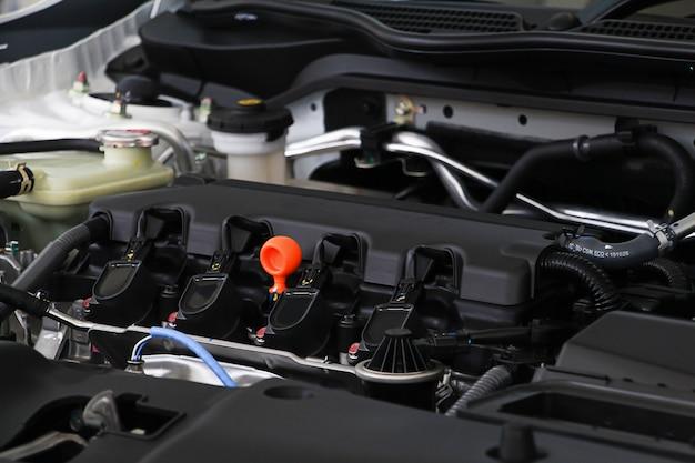 Close-up motoroliedop in machinekamer. motorolie voor onderhoud mechanische reparatie- en onderhoudsauto