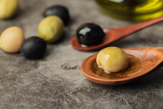 Close-up natuurlijke olijven klaar om te worden geserveerd