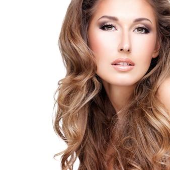 Close-up ob een mooie vrouw met lang bruin haar, geïsoleerd op wit