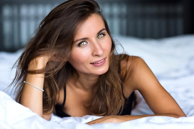 Close-up ochtend portret van lachende mooie vrouw met groene ogen, sensueel fris blij gezicht, positieve emoties
