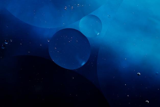 Close-up olieachtige bubbels en druppels in kleurrijke waterige achtergrond