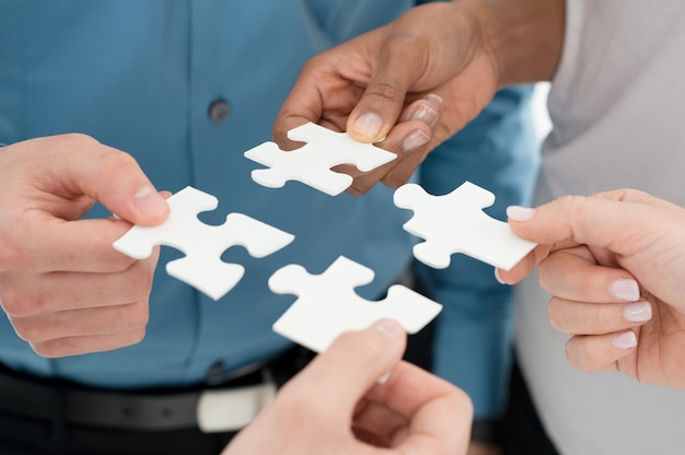 Close-up ondernemers hand holding jigsaw puzzle