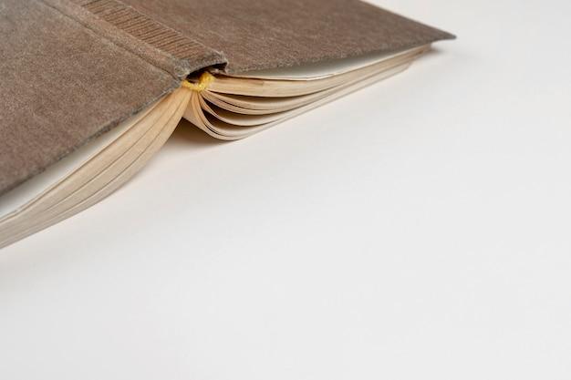 Close-up ondersteboven boek met witte achtergrond